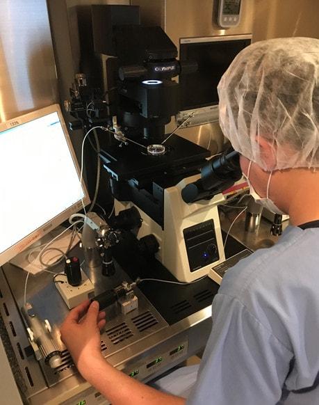 胚培養士による顕微授精