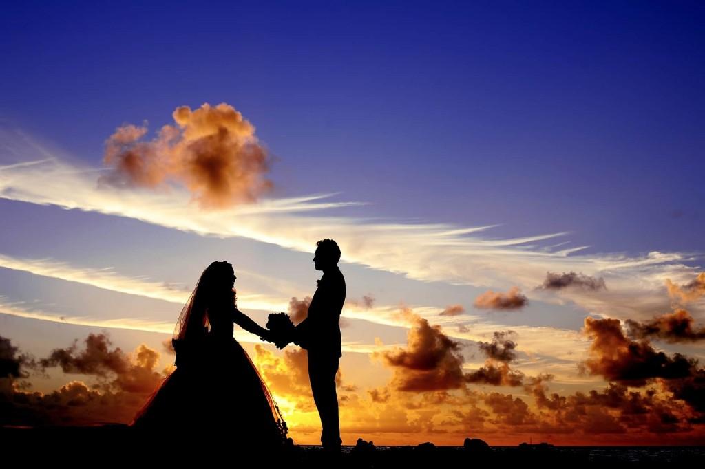 結婚前のカップルのイメージ画像