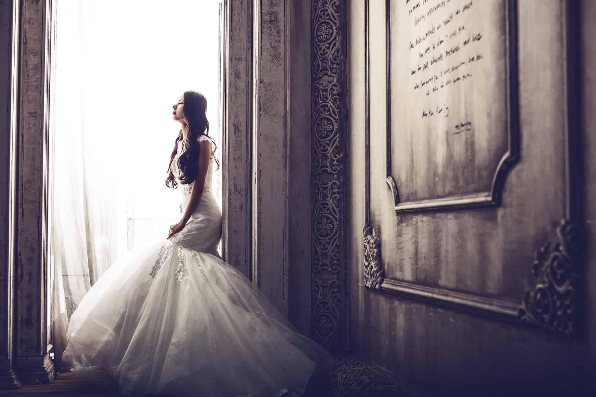 wedding-dresses-1486005_1920-min